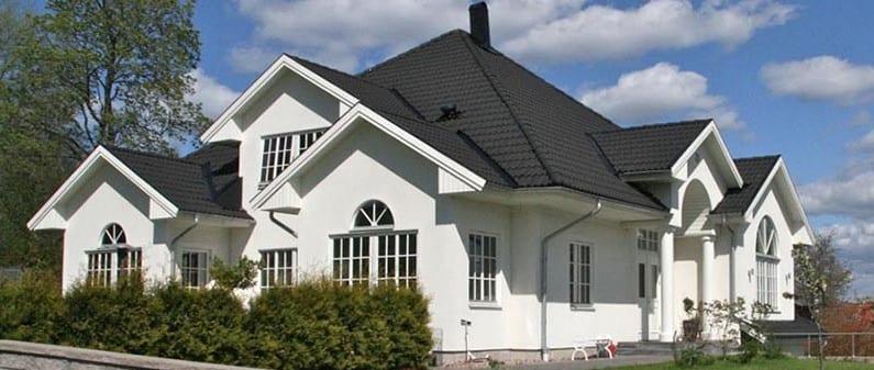 Vitt hus med svart tak